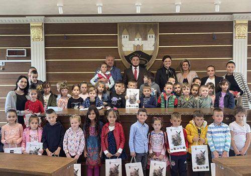 DJEČIJA NEDJELJA – Mališani posjetili rukovodstvo opštine Sjenica_615da2c522563.jpeg