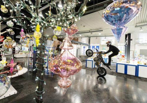 Kaskaderska vožnja na motociklu u muzeju stakla_61709ce5c8298.jpeg