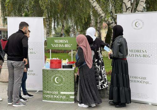 Učenici Medrese Gazi Isa-beg dijelili literaturu o životu poslanika Muhammeda a.s._616d74acee420.jpeg